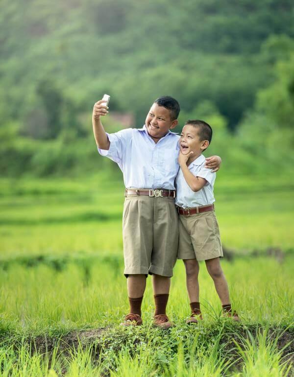 Zwei Jungs machen ein Selfie mit einem Smartphone