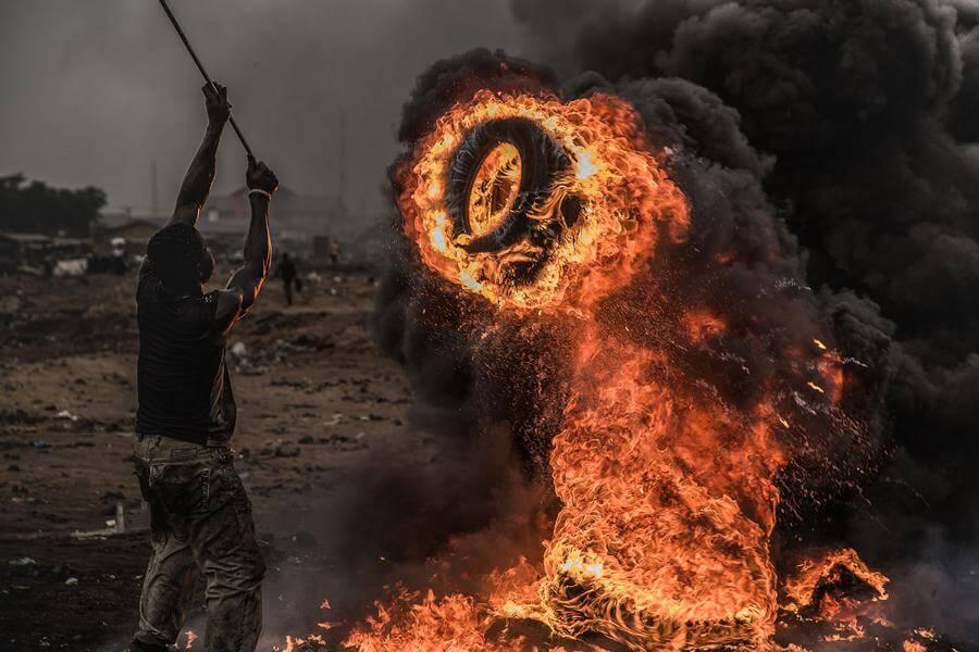 Mann steht am Feuer - Welcome to Sodom