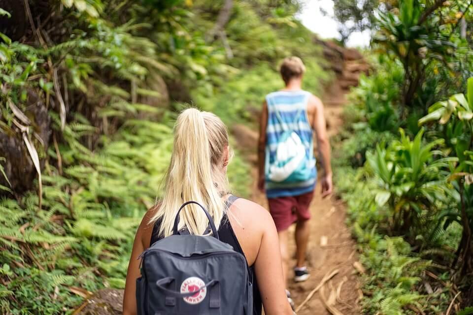 Junge Erwachsene der Generation Y genießen die Natur bei einer Wanderung. Diese Generation hat einen verschärften Nachhaltigkeitssinn und Naturbezug
