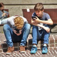 Kinder mit Handy